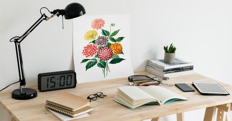Bureau, livres, fleurs