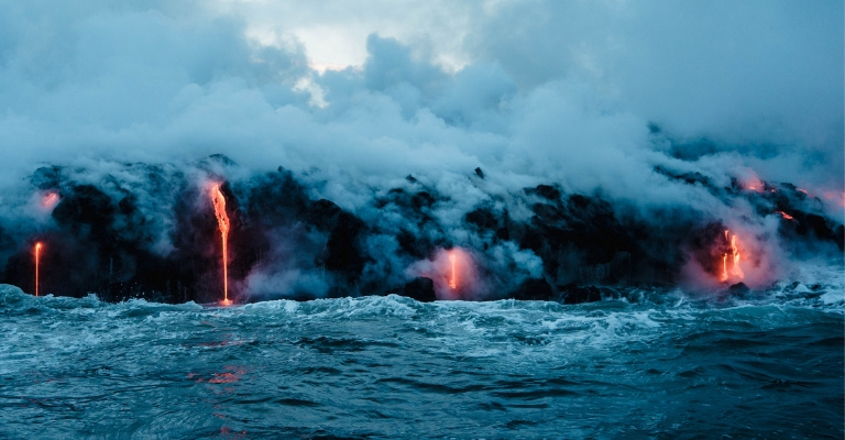 Volcan et lave coulant dans la mer