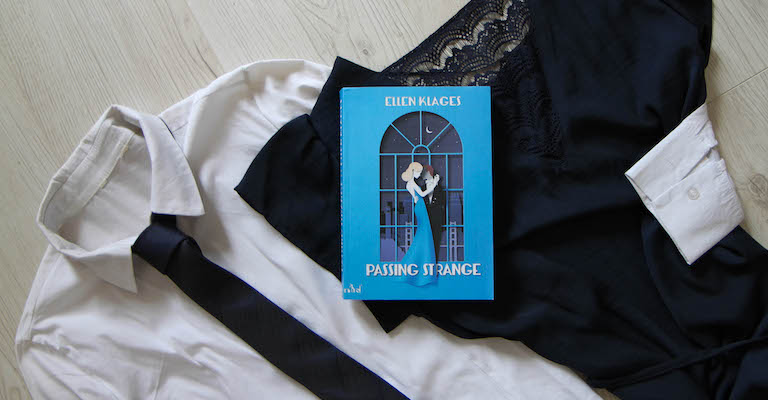 Livre, robe et chemise avec cravate