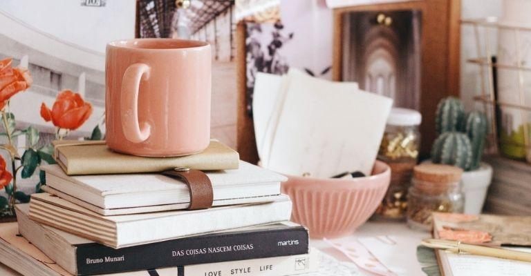 Tasse et livres